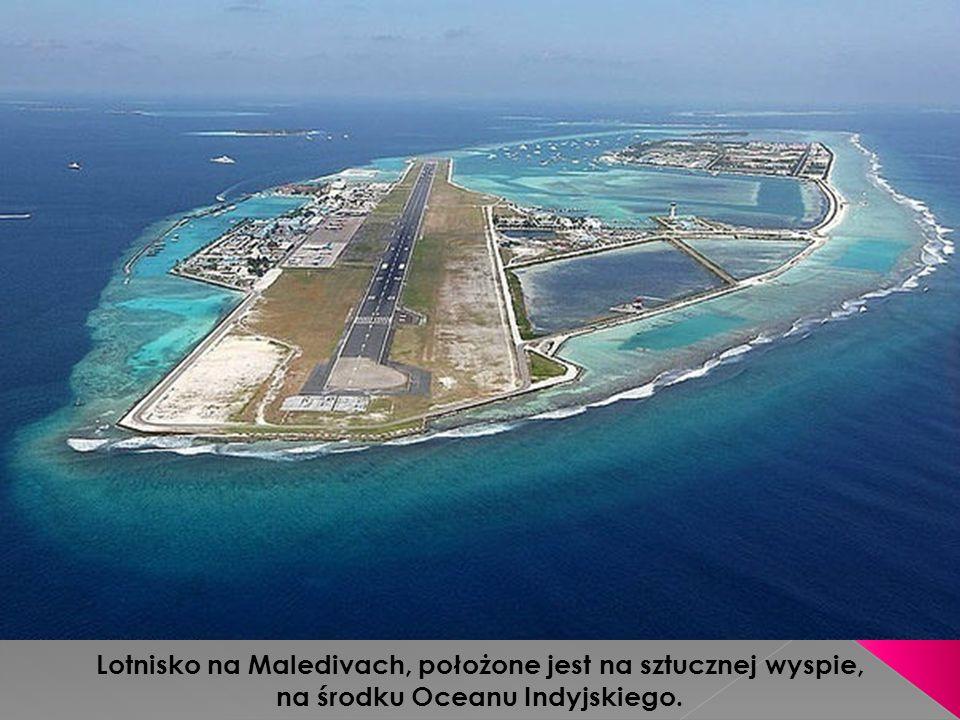 Lotnisko na Maledivach, położone jest na sztucznej wyspie, na środku Oceanu Indyjskiego.
