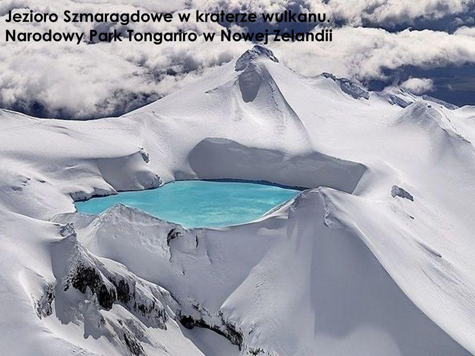 Jezioro Szmaragdowe w kraterze wulkanu. Narodowy Park Tongariro w Nowej Zelandii