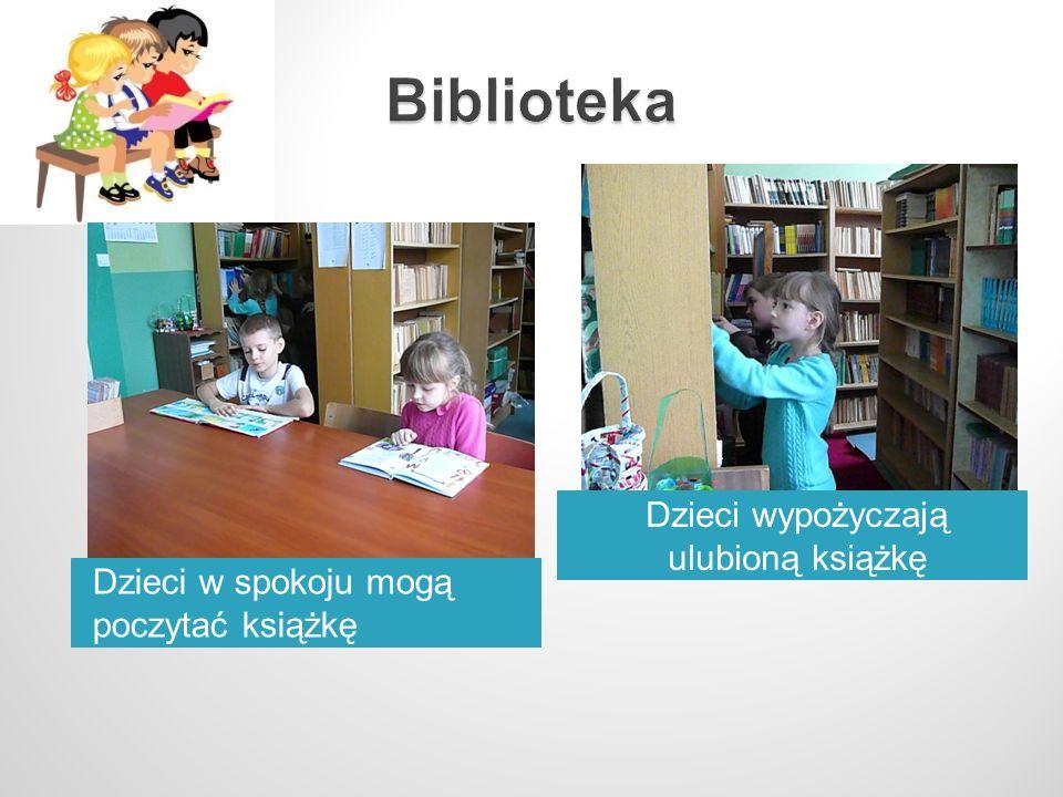 Dzieci w spokoju mogą poczytać książkę Dzieci wypożyczają ulubioną książkę
