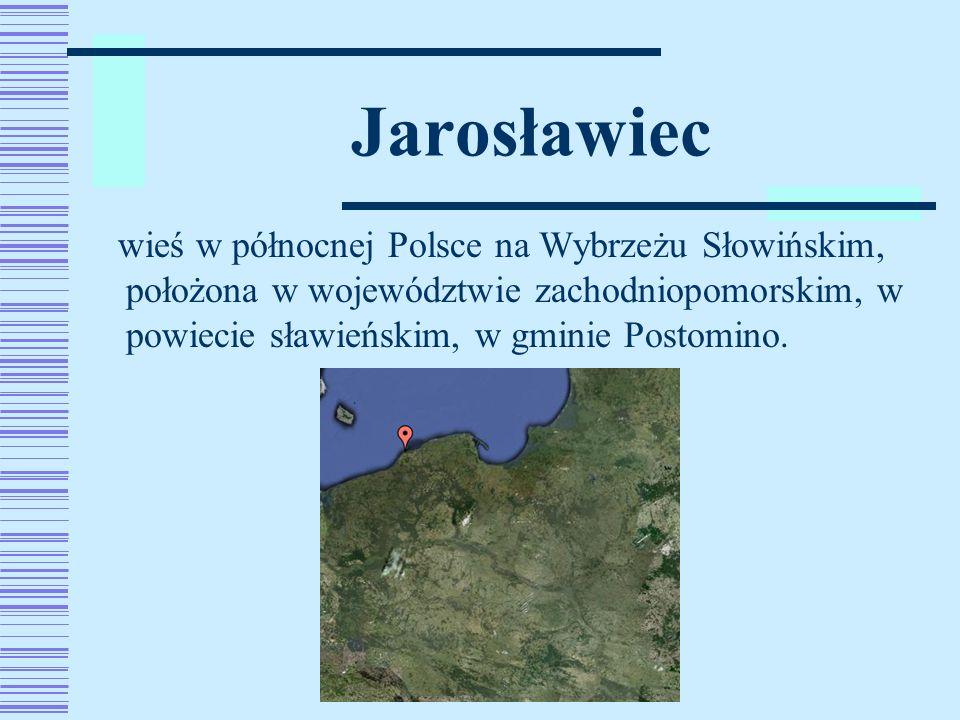 Leży między miejscowościami Wicko Morskie i Darłowo, na zachód od jeziora Wicko.