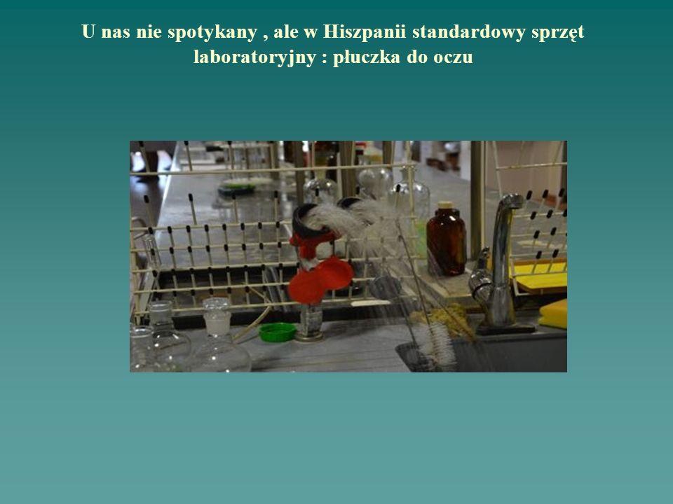 U nas nie spotykany, ale w Hiszpanii standardowy sprzęt laboratoryjny : płuczka do oczu
