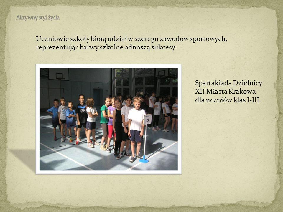 Uczniowie szkoły biorą udział w szeregu zawodów sportowych, reprezentując barwy szkolne odnoszą sukcesy. Spartakiada Dzielnicy XII Miasta Krakowa dla