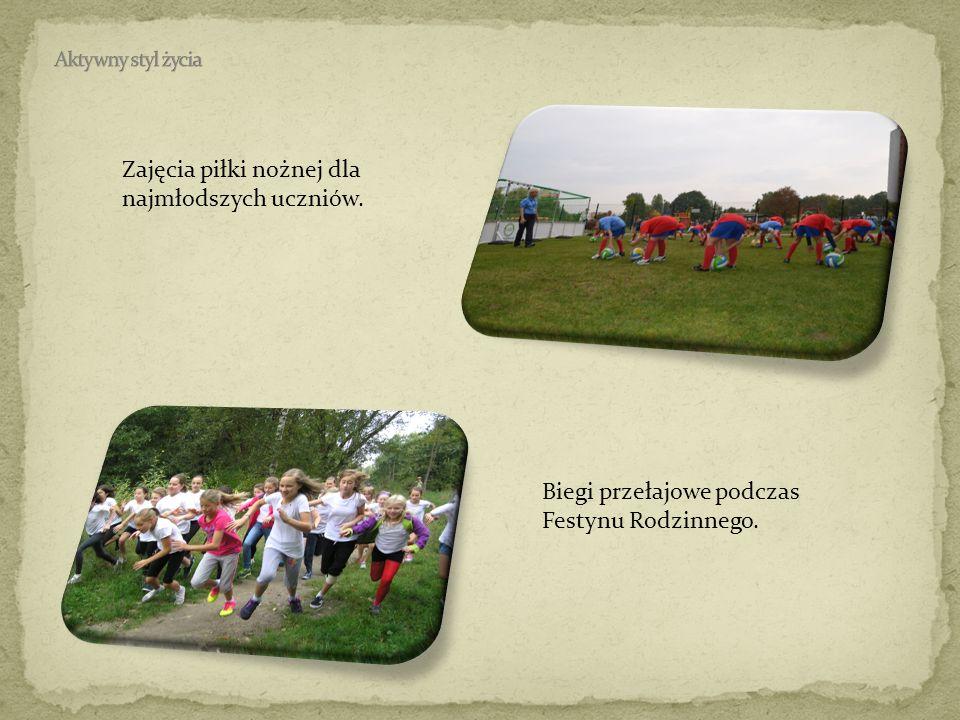 Zajęcia piłki nożnej dla najmłodszych uczniów. Biegi przełajowe podczas Festynu Rodzinnego.