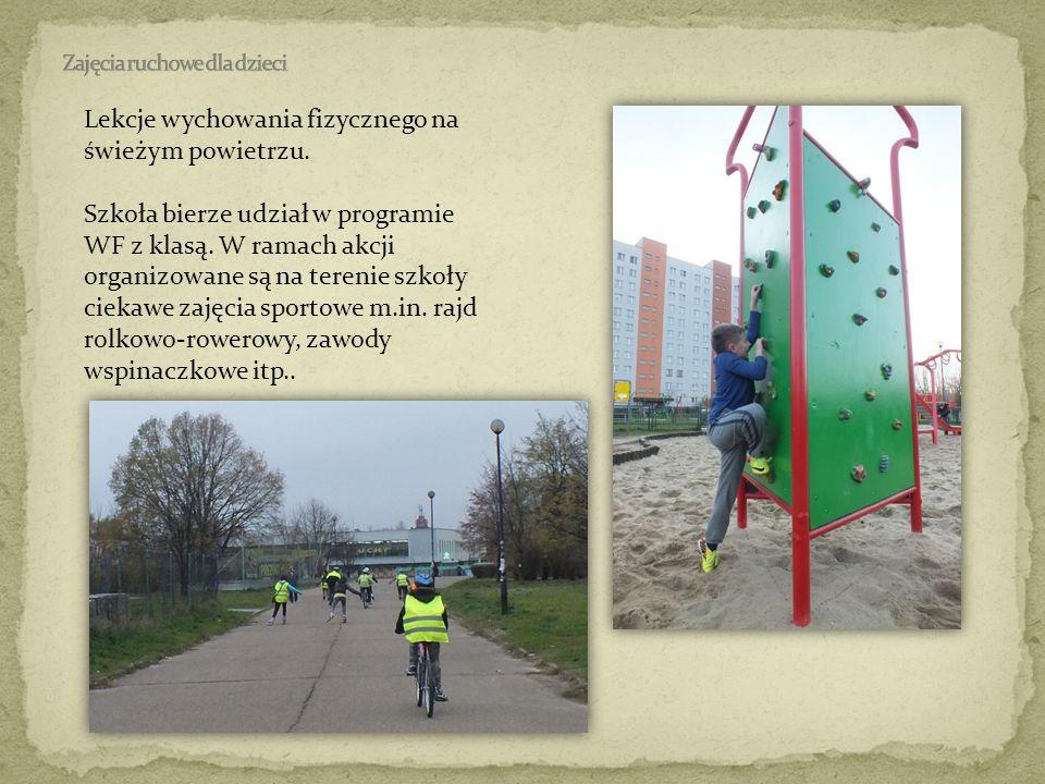 Lekcje wychowania fizycznego na świeżym powietrzu. Szkoła bierze udział w programie WF z klasą. W ramach akcji organizowane są na terenie szkoły cieka