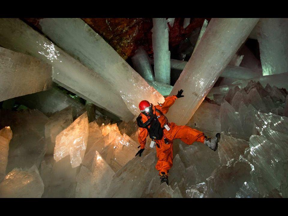 W kryształowej jaskini panują bardzo trudne warunki (ponad 50 stopni Celsjusza i 95% wilgotności powietrza). Do celów eksploracji jaskini opracowano n