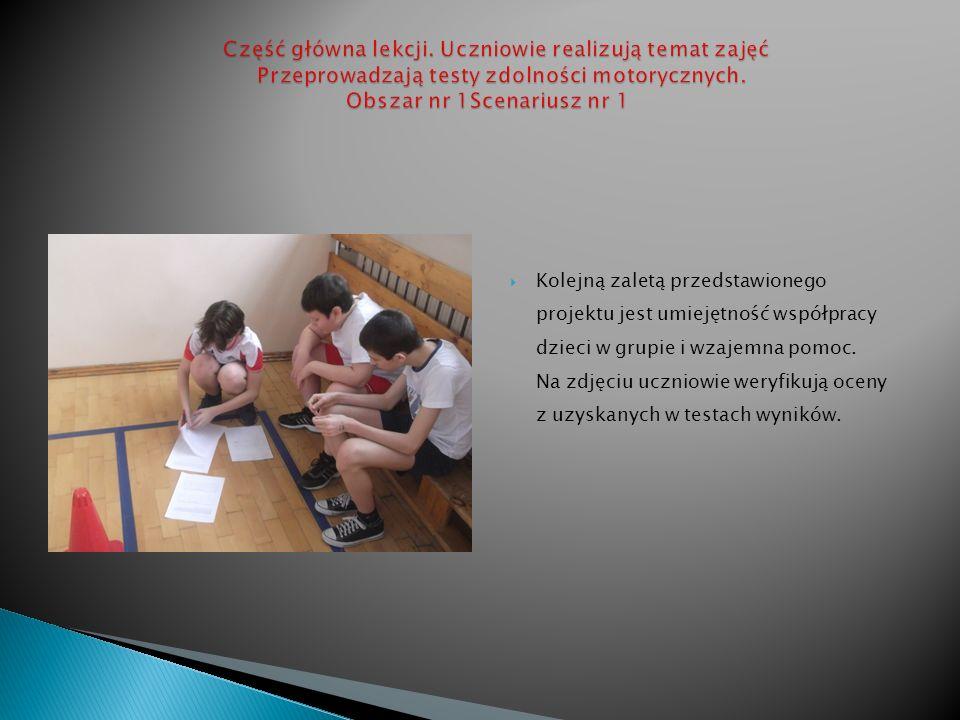 Kolejną zaletą przedstawionego projektu jest umiejętność współpracy dzieci w grupie i wzajemna pomoc. Na zdjęciu uczniowie weryfikują oceny z uzyskany