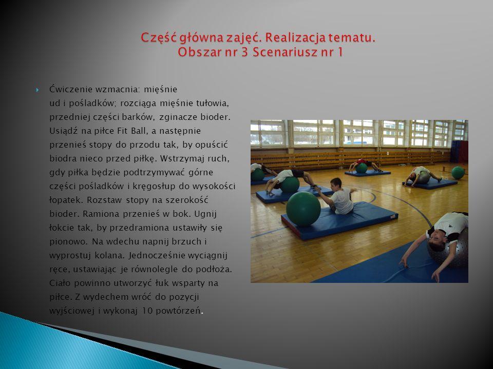 Ćwiczenie wzmacnia: mięśnie ud i pośladków; rozciąga mięśnie tułowia, przedniej części barków, zginacze bioder. Usiądź na piłce Fit Ball, a następnie