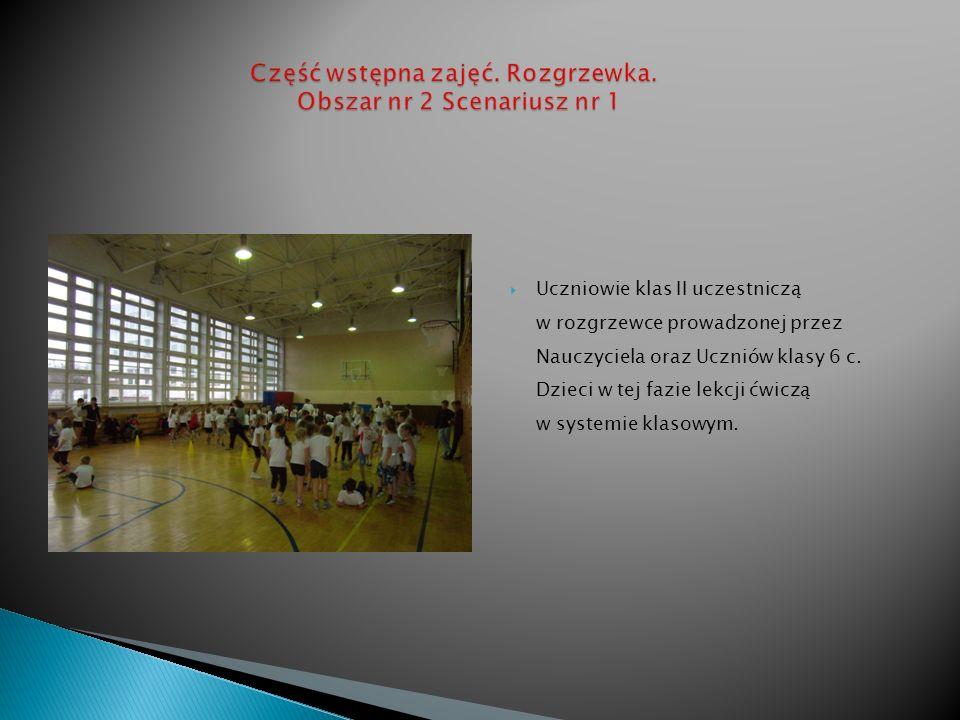 Uczniowie klas II uczestniczą w rozgrzewce prowadzonej przez Nauczyciela oraz Uczniów klasy 6 c.