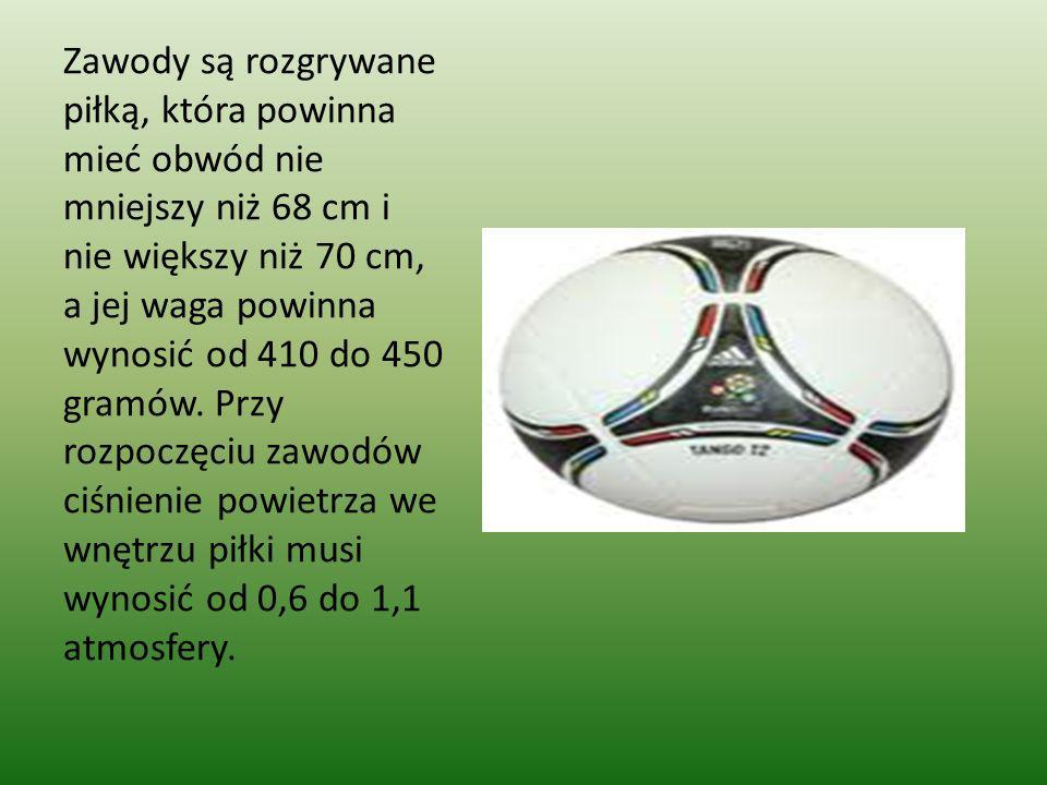 Zawody są rozgrywane piłką, która powinna mieć obwód nie mniejszy niż 68 cm i nie większy niż 70 cm, a jej waga powinna wynosić od 410 do 450 gramów.