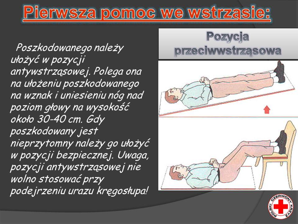 Poszkodowanego należy ułożyć w pozycji antywstrząsowej. Polega ona na ułożeniu poszkodowanego na wznak i uniesieniu nóg nad poziom głowy na wysokość o