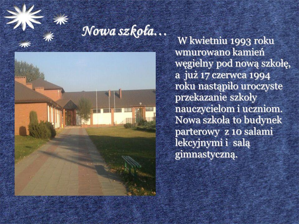 Nowa szkoła… W kwietniu 1993 roku wmurowano kamień węgielny pod nową szkołę, a już 17 czerwca 1994 roku nastąpiło uroczyste przekazanie szkoły nauczyc
