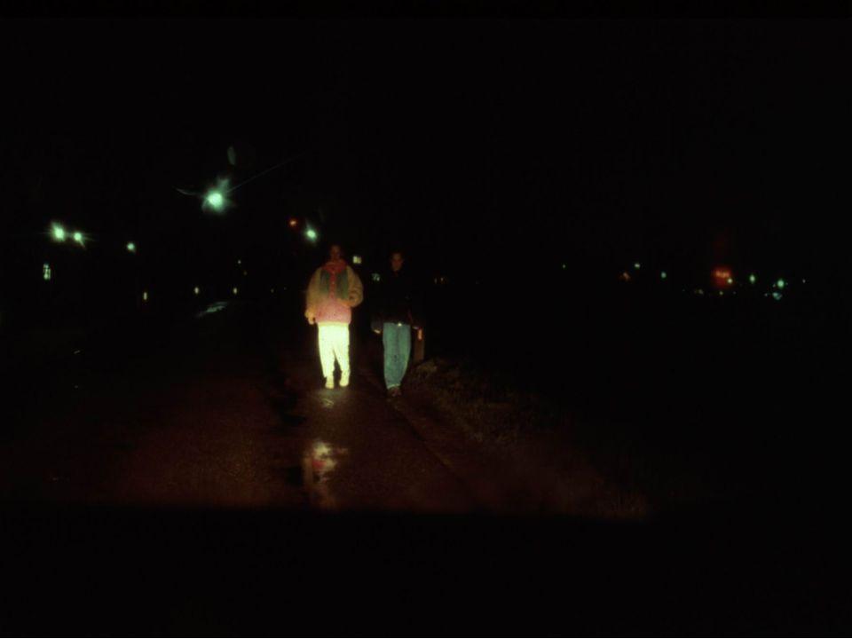 Prowadzenie grupy kolonijnej przez trzech opiekunó w na drodze bez pobocza