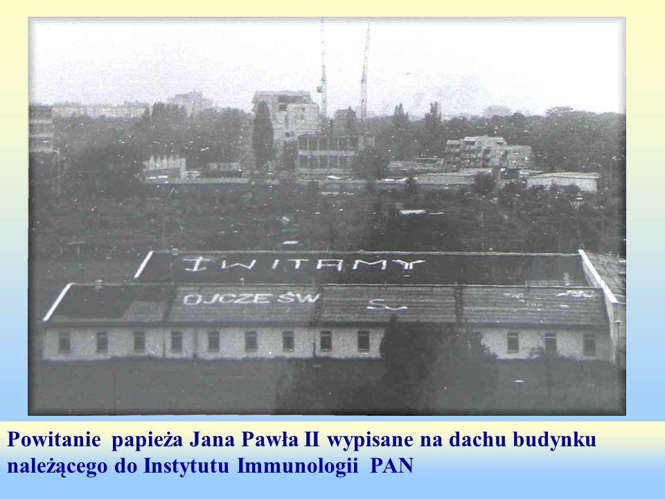 Powitanie papieża Jana Pawła II wypisane na dachu budynku należącego do Instytutu Immunologii PAN