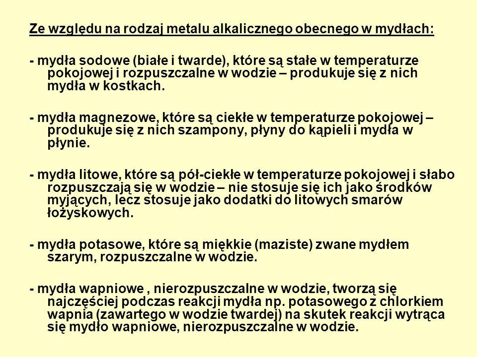 Ze względu na rodzaj metalu alkalicznego obecnego w mydłach: - mydła sodowe (białe i twarde), które są stałe w temperaturze pokojowej i rozpuszczalne w wodzie – produkuje się z nich mydła w kostkach.