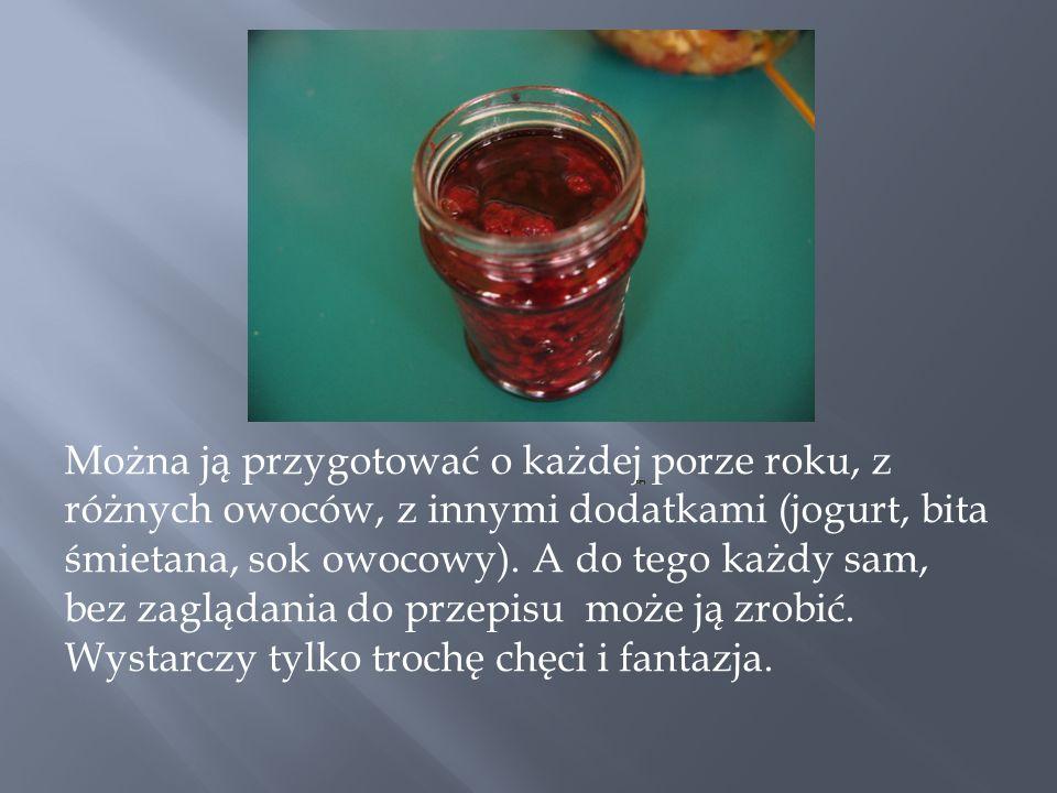 Można ją przygotować o każdej porze roku, z różnych owoców, z innymi dodatkami (jogurt, bita śmietana, sok owocowy). A do tego każdy sam, bez zaglądan