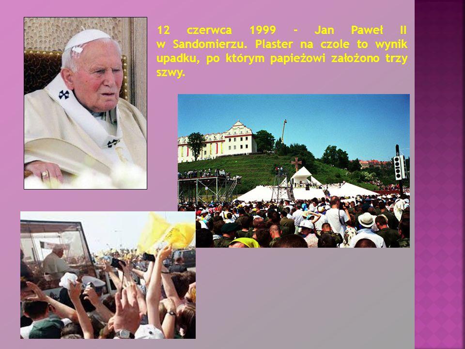 12 czerwca 1999 - Jan Paweł II w Sandomierzu. Plaster na czole to wynik upadku, po którym papieżowi założono trzy szwy.