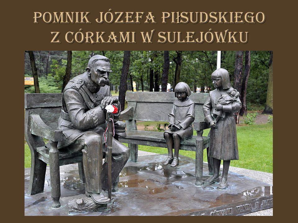 Pomnik Józefa Pi ł sudskiego z córkami w Sulejówku
