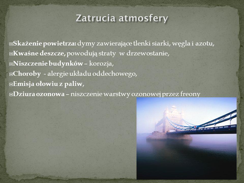 Kwaśne deszcze - opady atmosferyczne zawierające w kroplach wody zaabsorbowane gazy - dwutlenek siarki (SO2), tlenki azotu i inne bezwodniki kwasowe oraz produkty ich reakcji w atmosferze - słabe roztwory kwasu siarkowego (IV), znacznie groźniejszego kwasu siarkowego (VI), kwasu azotowego (V).