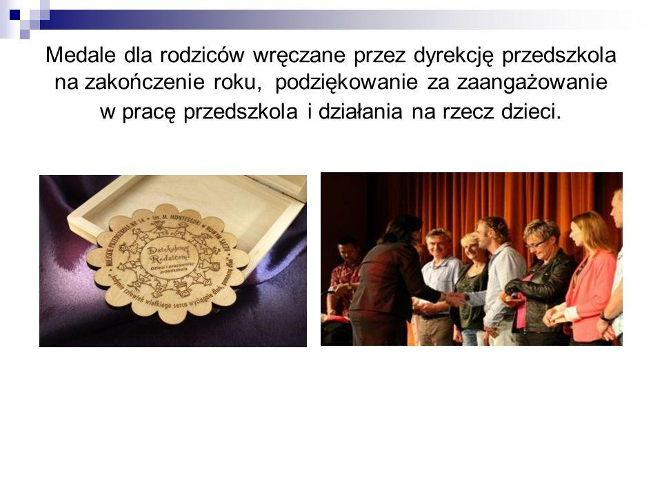 Medale dla rodziców wręczane przez dyrekcję przedszkola na zakończenie roku, podziękowanie za zaangażowanie w pracę przedszkola i działania na rzecz dzieci.