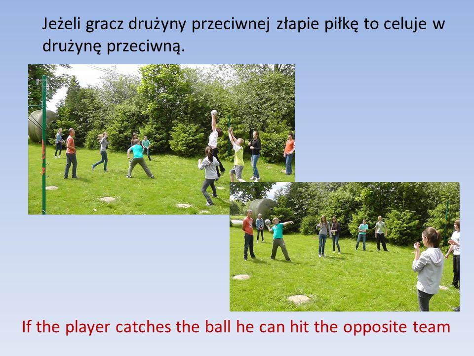 If the player catches the ball he can hit the opposite team Jeżeli gracz drużyny przeciwnej złapie piłkę to celuje w drużynę przeciwną.