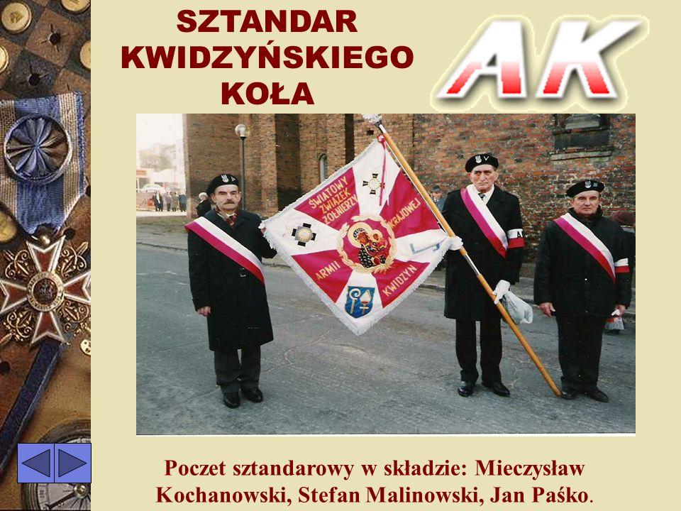 SZTANDAR KWIDZYŃSKIEGO KOŁA Gen.Bolesław Nieczuja-Ostrowski wręcza sztandar przewodniczącemu koła Stanisławowi Sklepowiczowi Kwidzyn 23 II 1997r.