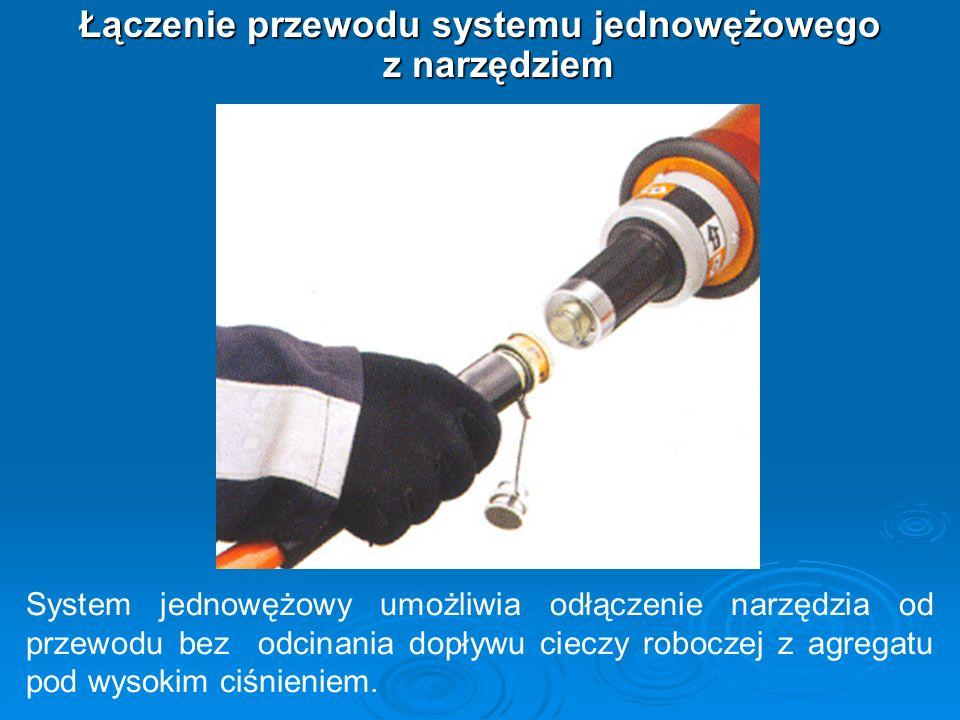 Łączenie przewodu systemu jednowężowego z narzędziem System jednowężowy umożliwia odłączenie narzędzia od przewodu bez odcinania dopływu cieczy robocz