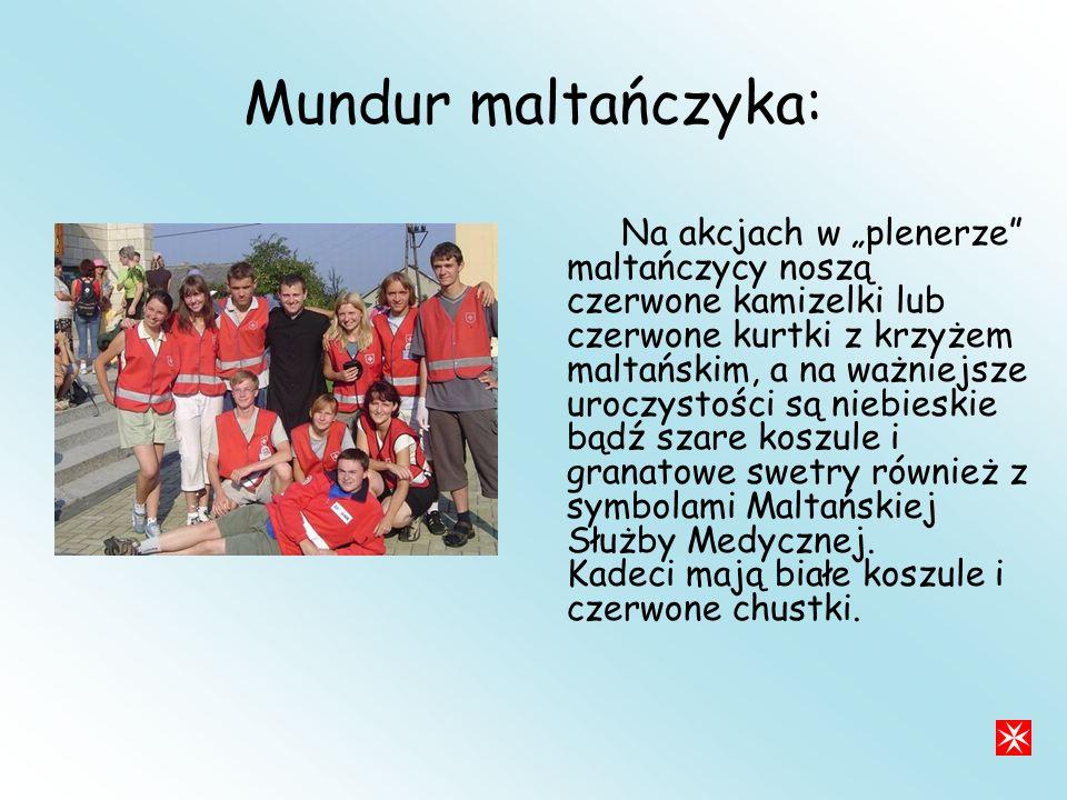Mundur maltańczyka: Na akcjach w plenerze maltańczycy noszą czerwone kamizelki lub czerwone kurtki z krzyżem maltańskim, a na ważniejsze uroczystości są niebieskie bądź szare koszule i granatowe swetry również z symbolami Maltańskiej Służby Medycznej.