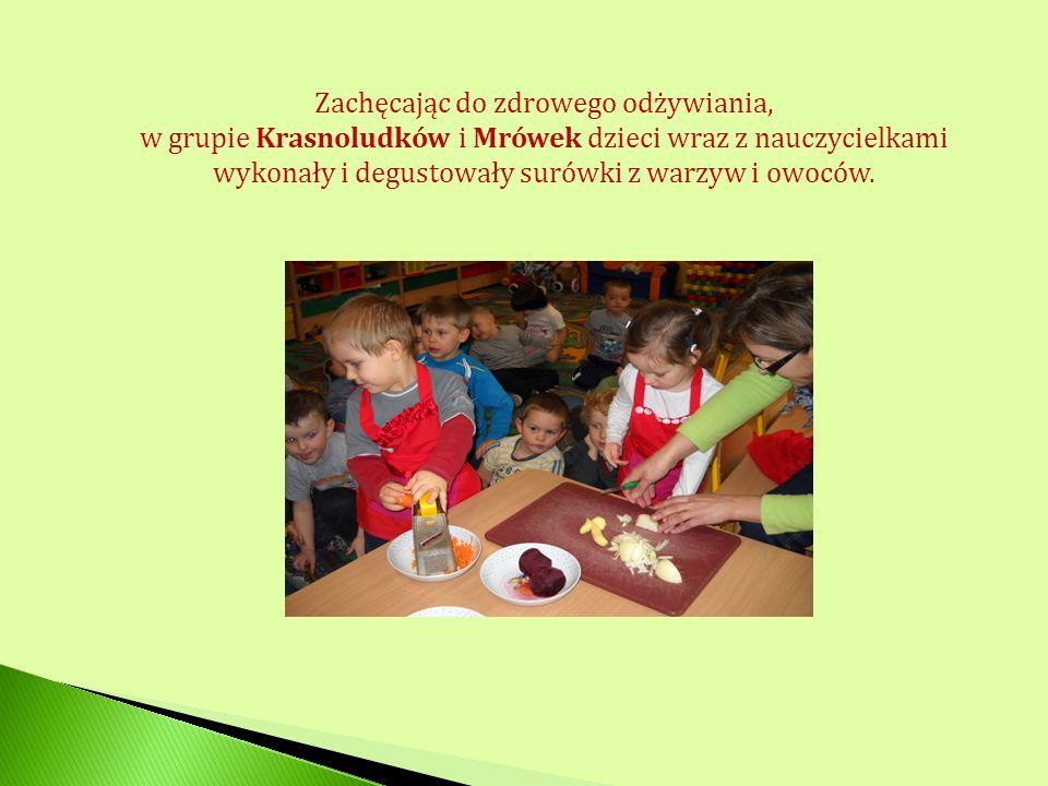 Zachęcając do zdrowego odżywiania, w grupie Krasnoludków i Mrówek dzieci wraz z nauczycielkami wykonały i degustowały surówki z warzyw i owoców.