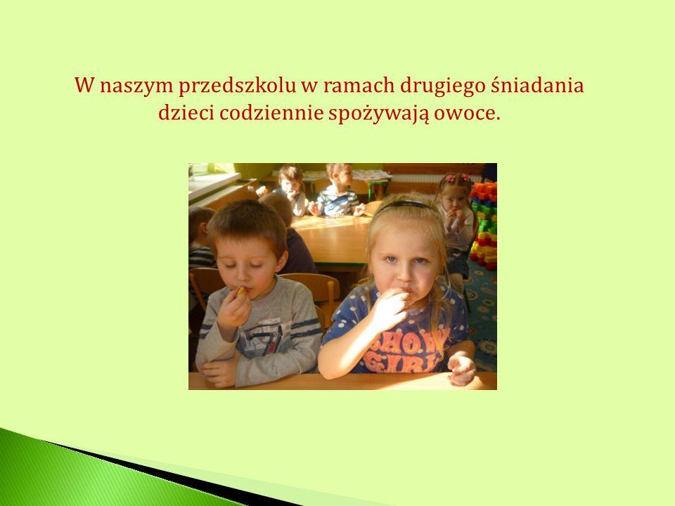 W naszym przedszkolu w ramach drugiego śniadania dzieci codziennie spożywają owoce.