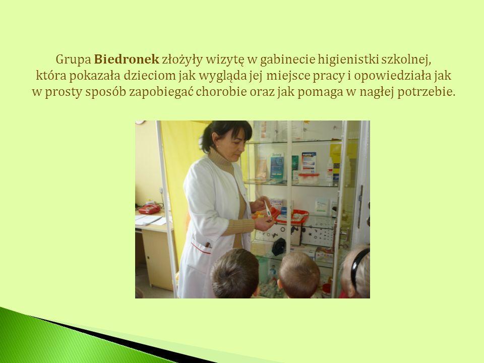 Grupa Biedronek złożyły wizytę w gabinecie higienistki szkolnej, która pokazała dzieciom jak wygląda jej miejsce pracy i opowiedziała jak w prosty spo