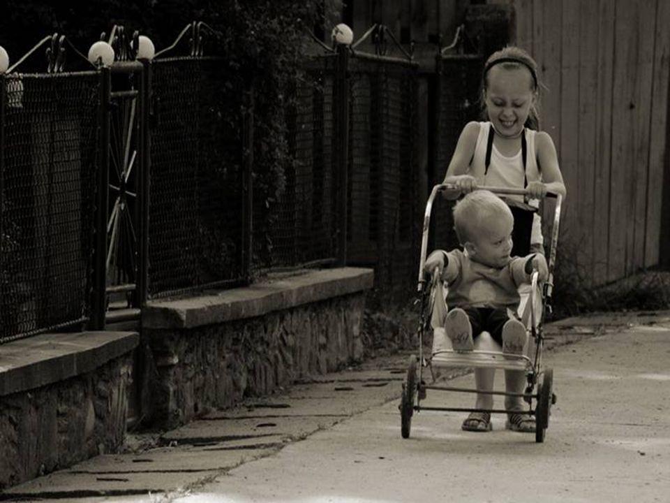 Nikt się nie bawił z babcią, opiekunką lub mamą. Od zabawy mieliśmy siebie nawzajem. Nikt się nie bawił z babcią, opiekunką lub mamą. Od zabawy mieliś