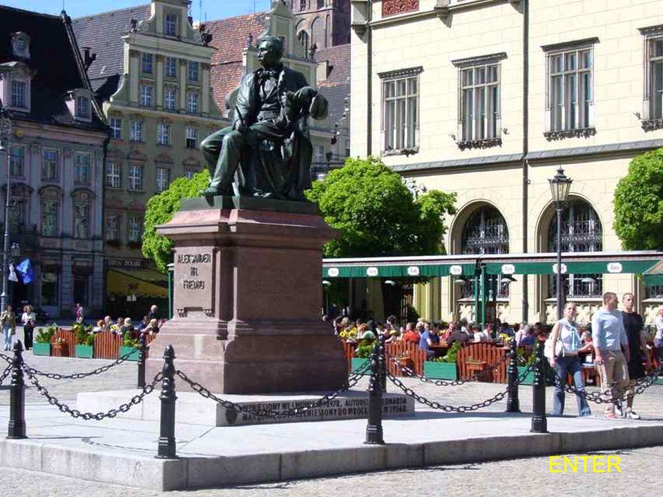 Pomnik Aleksandra Fredry - na pl. Akademickim. Dzieło Leonarda Marconiego, w brązie, odsłonięte w 1897 r. staraniem Koła Literacko- Artystycznego. Po