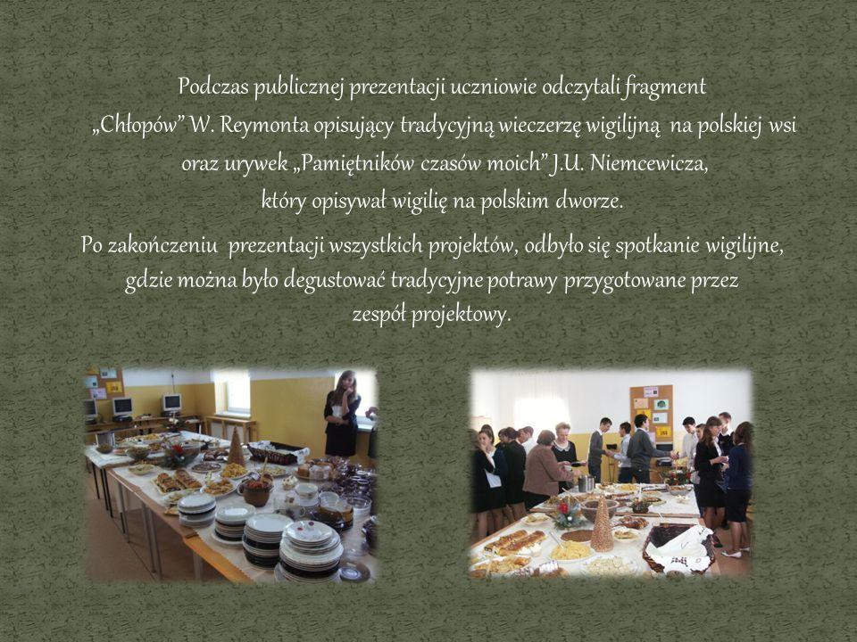 Podczas publicznej prezentacji uczniowie odczytali fragment Chłopów W. Reymonta opisujący tradycyjną wieczerzę wigilijną na polskiej wsi oraz urywek P