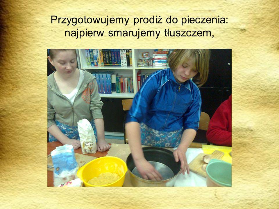 Przygotowujemy prodiż do pieczenia: najpierw smarujemy tłuszczem,