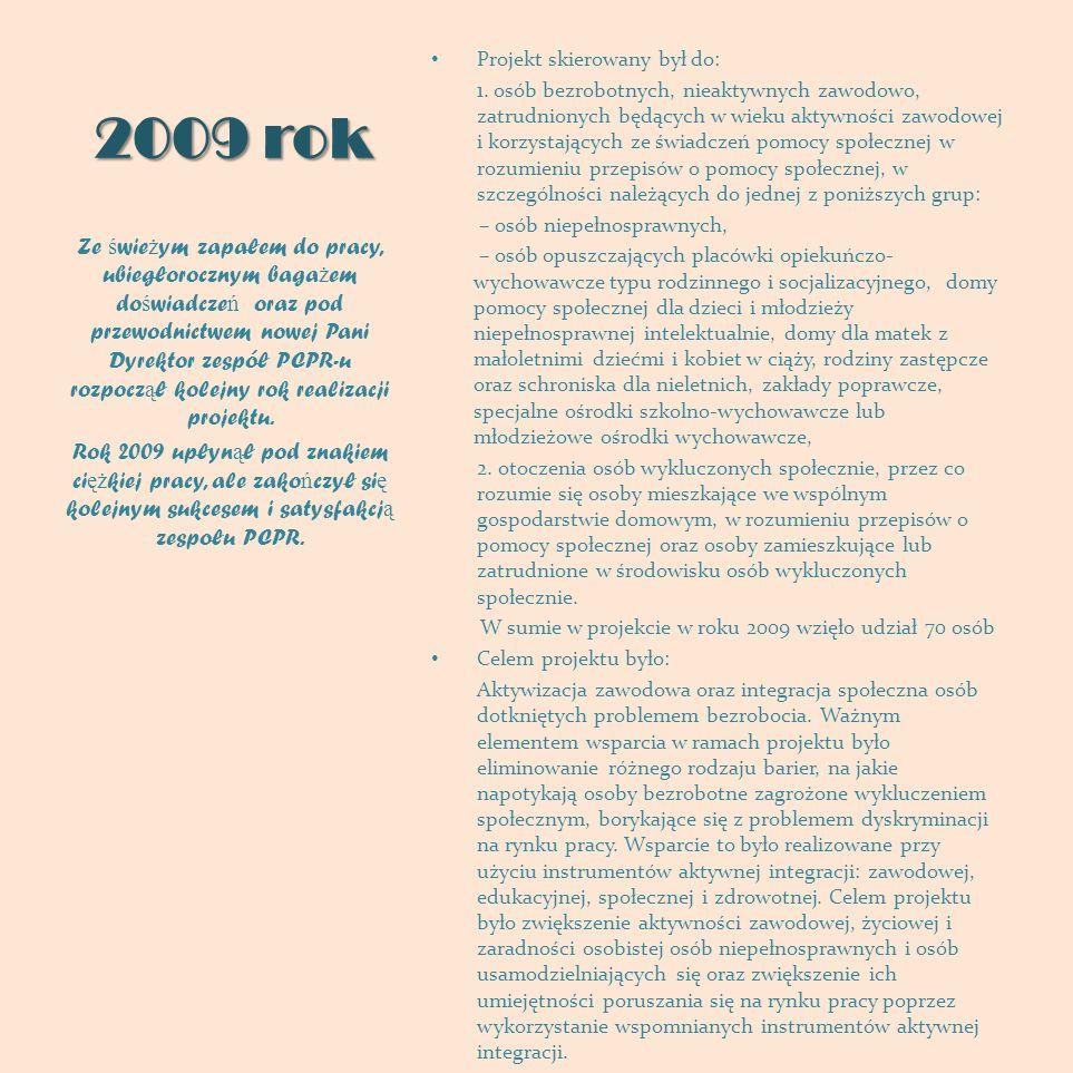 Pani Małgorzata Lewandowska – Dyrektor PCPR w Płocku i Pan Stanisław Wojtiuk - Z-ca Dyrektora PCPR w Płocku wręczają pamiątkowe upominki uczestnikom projektu: album ze zdjęciami, płyta promocyjna, kubki i kufle z portretami uczestników.
