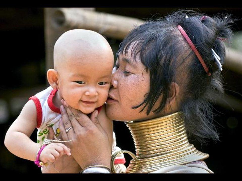 Do wioski co dzień przybywają turyści, jednak aby porozmawiać z kobietami potrzebują tłumacza. Mimo, że wiele z nich mieszka w Tajlandii od dziesięciu