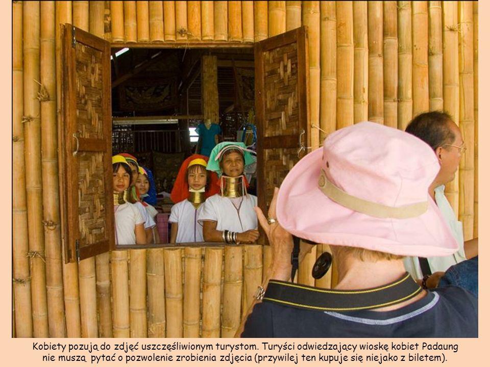 Kobiety pozują do zdjęć uszczęśliwionym turystom.