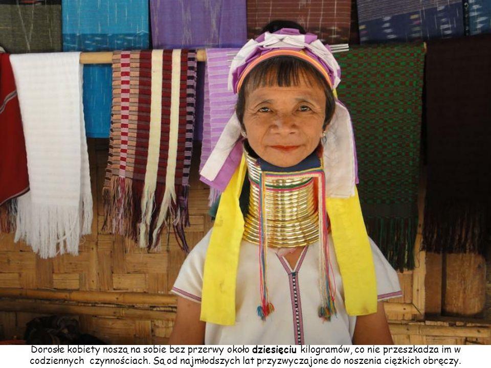 Do wioski co dzień przybywają turyści, jednak aby porozmawiać z kobietami potrzebują tłumacza.