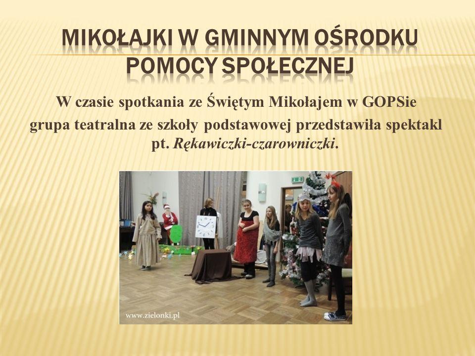 W czasie spotkania ze Świętym Mikołajem w GOPSie grupa teatralna ze szkoły podstawowej przedstawiła spektakl pt.