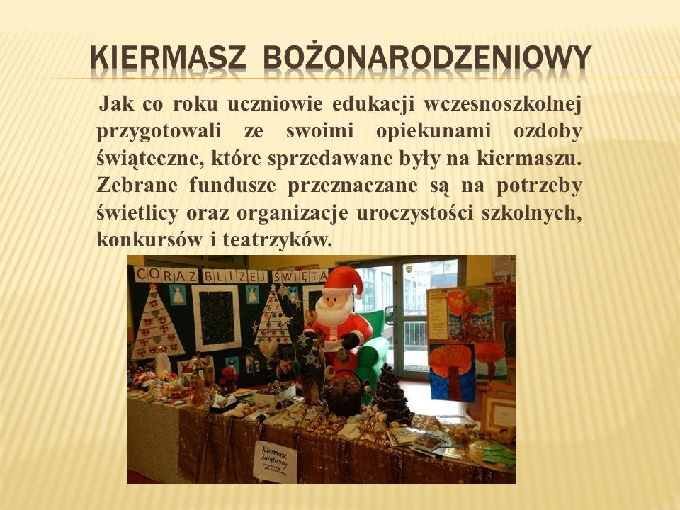 Jak co roku uczniowie edukacji wczesnoszkolnej przygotowali ze swoimi opiekunami ozdoby świąteczne, które sprzedawane były na kiermaszu.