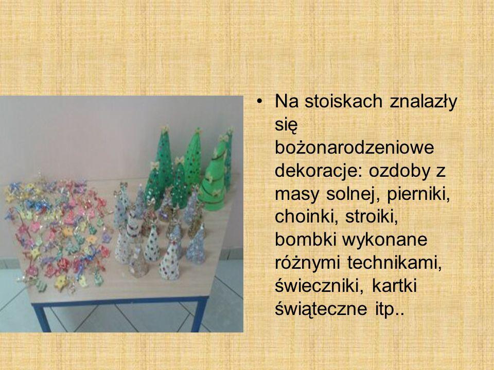 Na stoiskach znalazły się bożonarodzeniowe dekoracje: ozdoby z masy solnej, pierniki, choinki, stroiki, bombki wykonane różnymi technikami, świeczniki