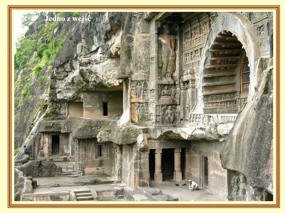 32 jaskinie wyżłobione w skałach