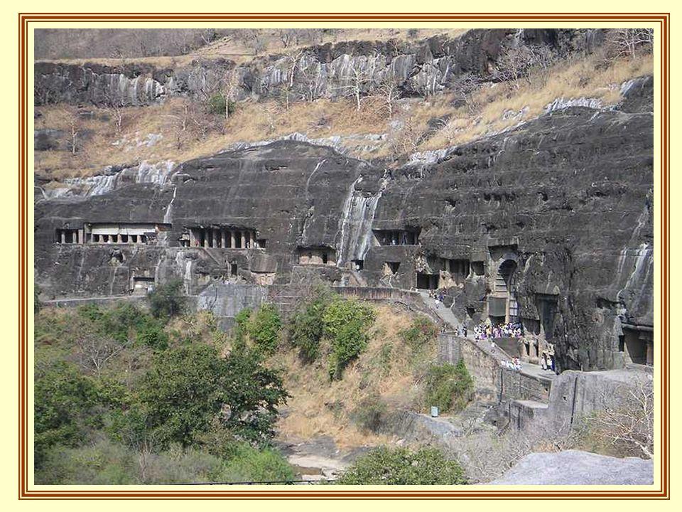 Najstarsze jaskinie, pochodzą z 2-ego wieku przed Chrystusem. Pośród nich znajduje się Viharas, z klasztorem, z wielkimi i małymi salami, prowadzącymi