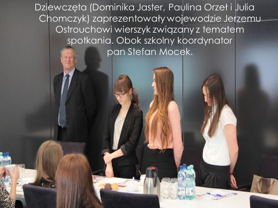Dziewczęta (Dominika Jaster, Paulina Orzeł i Julia Chomczyk) zaprezentowały wojewodzie Jerzemu Ostrouchowi wierszyk związany z tematem spotkania. Obok