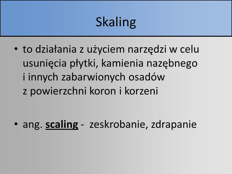 Skaling to działania z użyciem narzędzi w celu usunięcia płytki, kamienia nazębnego i innych zabarwionych osadów z powierzchni koron i korzeni ang. sc