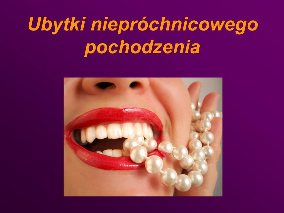Obraz kliniczny Występuje w okolicy połączenia szkliwno- cementowego ( linia CEJ) i dotyczy kilku zębów Często ubytkom tym towarzyszy girlanda McCalla, recesja dziąsła i obnażenie korzenia, Kształt ubytku jest klinowaty, dołek lub rysa o raczej ostrych brzegach