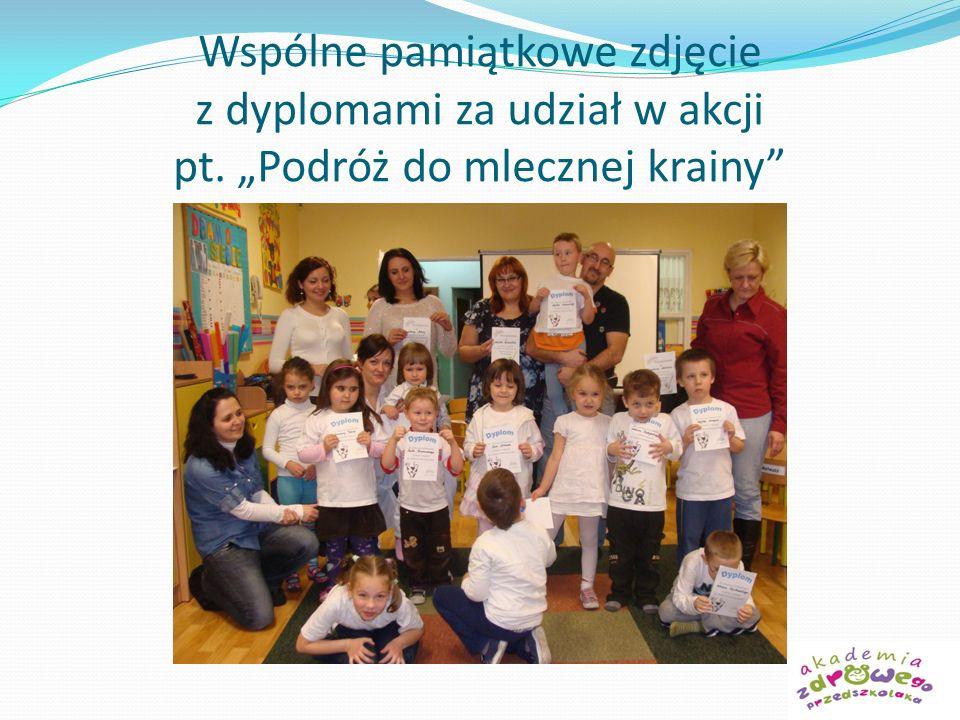Wspólne pamiątkowe zdjęcie z dyplomami za udział w akcji pt. Podróż do mlecznej krainy