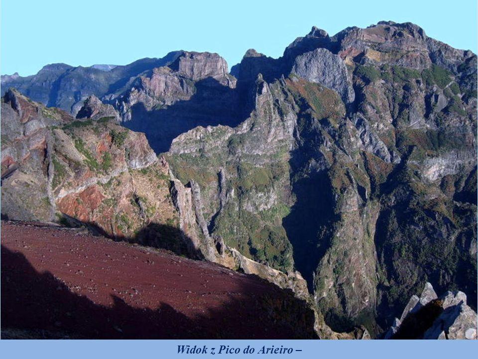 Pico do Arieiro trzeci co do wysokości (po Pico Ruivo i Pico das Torres) szczyt na Maderze o wysokości 1818 m n.p.m. Na zdjęciu, w środkowej części z
