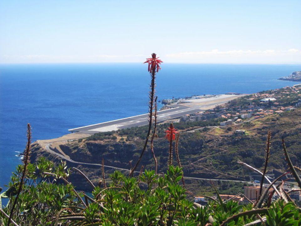 Widok z Pico do Facho na pas startowy lotniska Madery