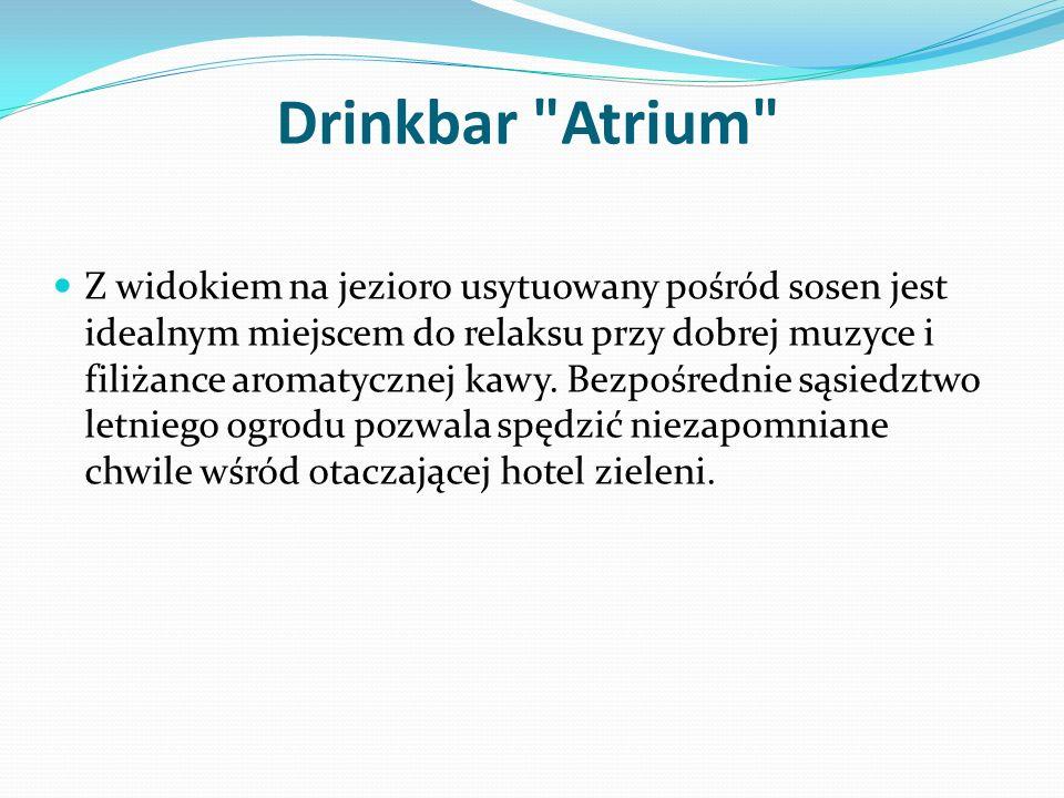 Drinkbar Atrium Z widokiem na jezioro usytuowany pośród sosen jest idealnym miejscem do relaksu przy dobrej muzyce i filiżance aromatycznej kawy.